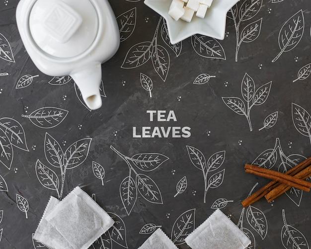 Bule de chá de cerâmica com saquinhos de chá