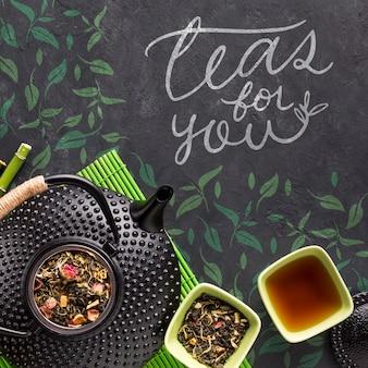Bule de chá vista superior com conceito de ervas saborosas