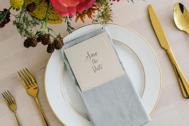 Buquê de flores com uma maquete de cartão em um prato branco