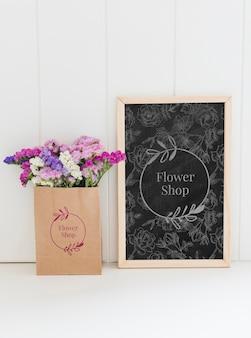 Buquê de flores em uma maquete de saco de papel