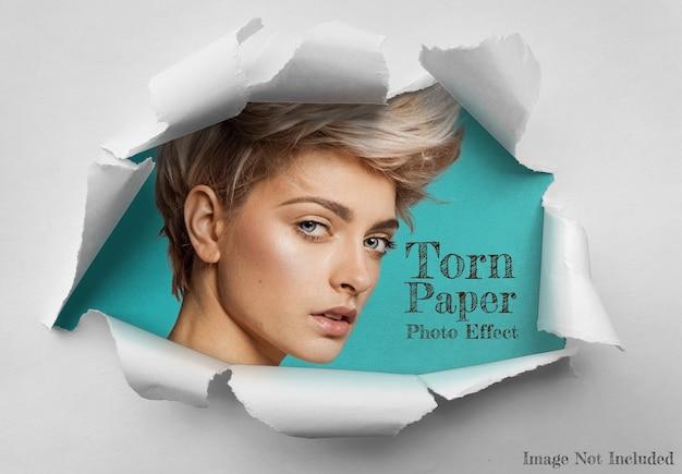 Buraco na folha de papel rasgado com efeito de foto mockup