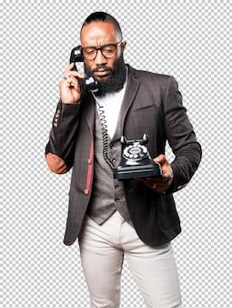 Bussines black man falando por telefone