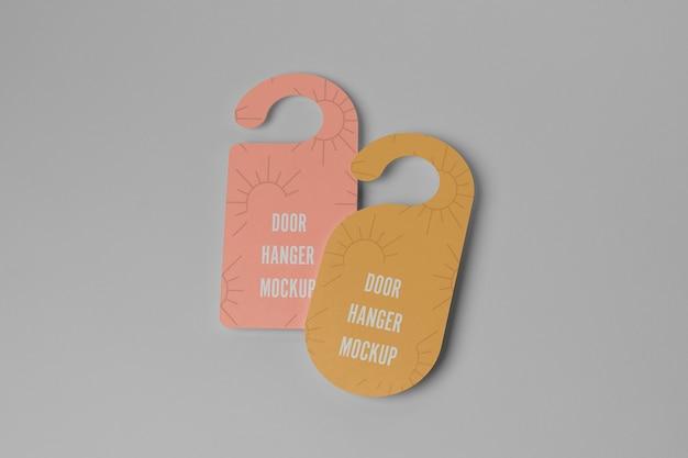 Cabides de porta amarelos e rosa para privacidade