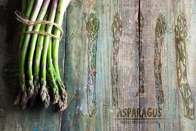 Cacho de aspargos orgânicos naturais frescos cultivados em casa para cozinhar comida vegetariana saudável