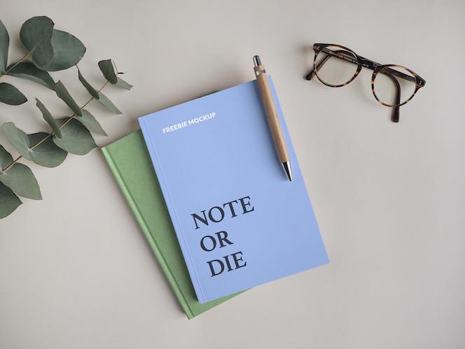 caderno com caneta maquete