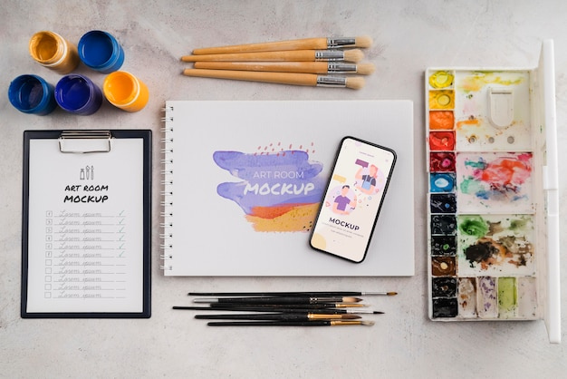 Caderno com pincéis e paleta