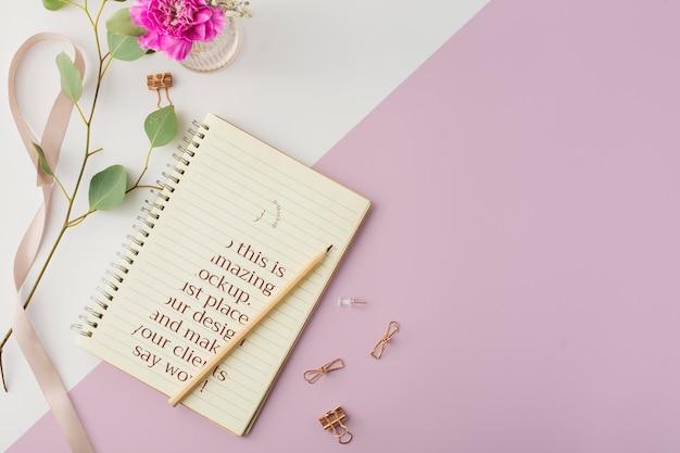 Caderno com vista superior com espaço de cópia