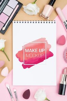Caderno com vista superior com itens de maquiagem