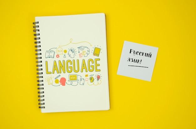 Caderno de estudo com notas de idiomas