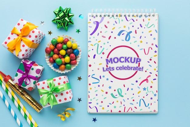 Caderno de feliz aniversário com vista superior