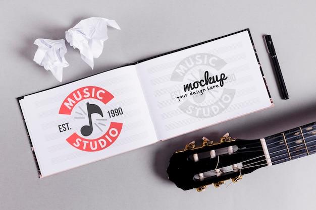 Caderno de música aberto com guitarra