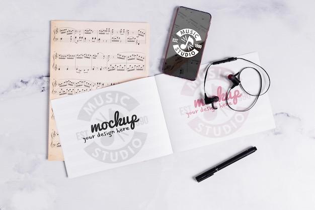 Caderno de música e celular