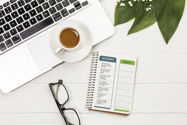 Caderno de vista superior com atividade e planejador semanal