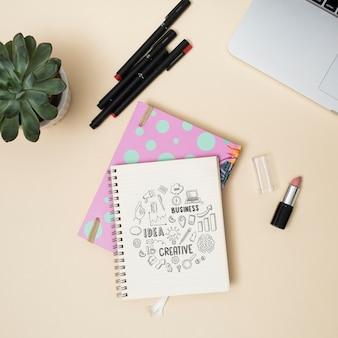 Caderno de vista superior com canetas