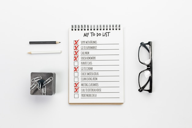 Caderno de vista superior com o conceito de lista a fazer