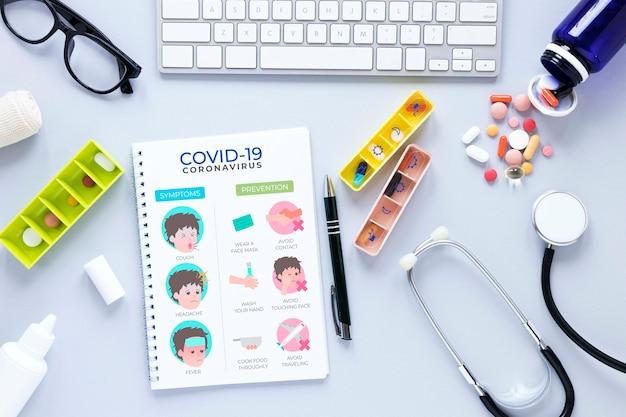 Caderno e pílulas na mesa