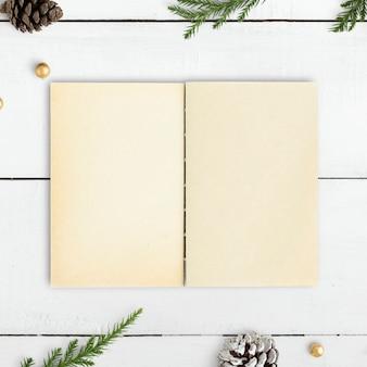 Caderno em branco em uma maquete de mesa de natal