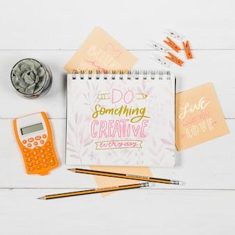 Caderno na mesa com citação positiva