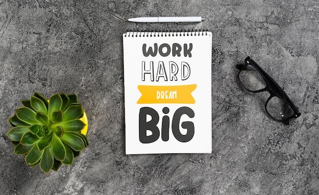 Caderno na mesa com mensagem positiva