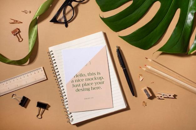 Caderno plano e planta monstera