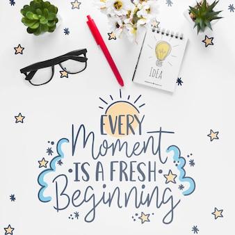 Caderno plantinhas e mensagem motivacional na mesa branca