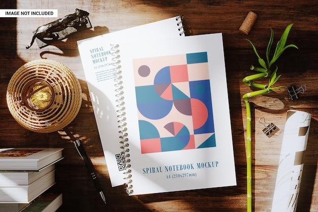 Cadernos espirais na maquete do local de trabalho