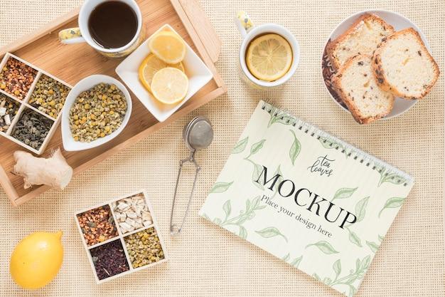 Café da manhã delicioso e vários maquetes de chá