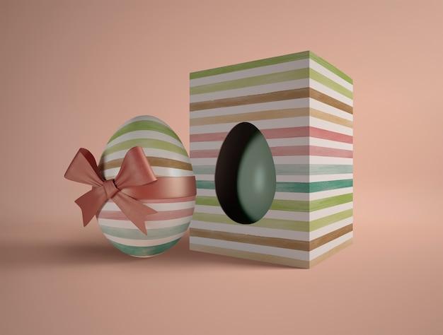 Caixa de alto ângulo com ovo embrulhado