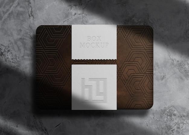 Caixa de couro de luxo em relevo com maquete de selo