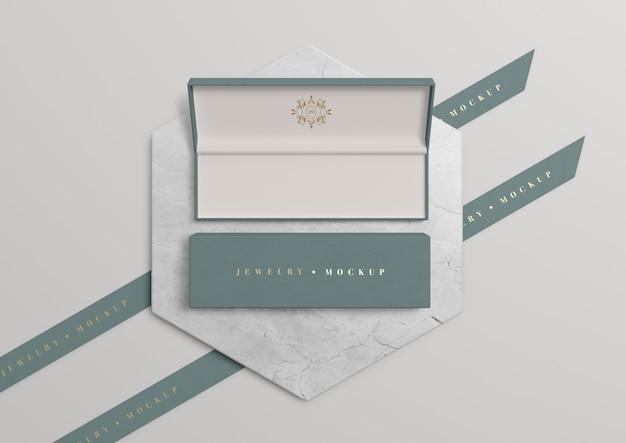 Caixa de jóias aberta com símbolo dourado e inscrição
