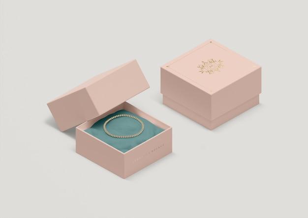 Caixa de jóias de alto ângulo com pulseira de ouro