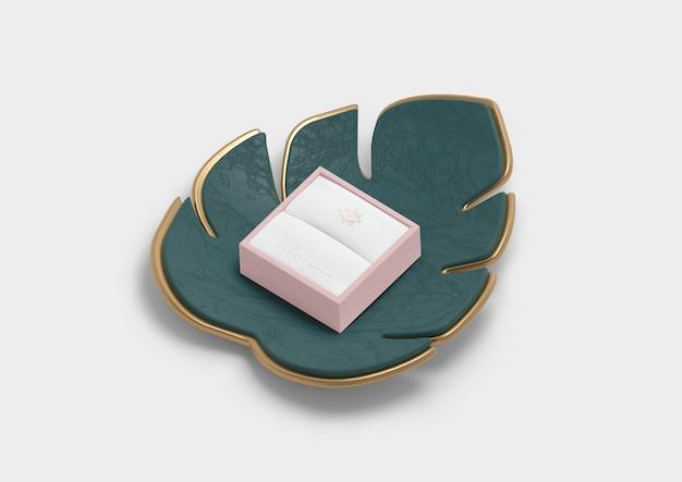 Caixa de joias vazia para anel e folha de monstera