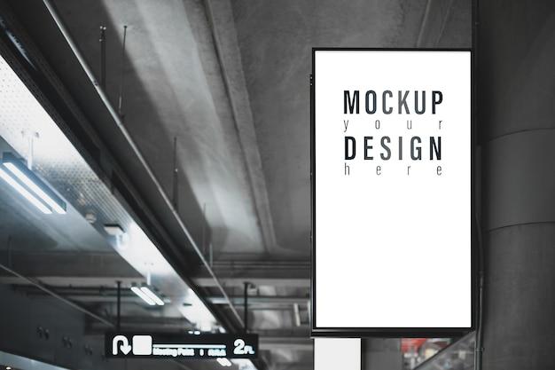 Caixa de luz de maquete com tela de cópia em branco para conteúdo de propaganda ou pôster promocional