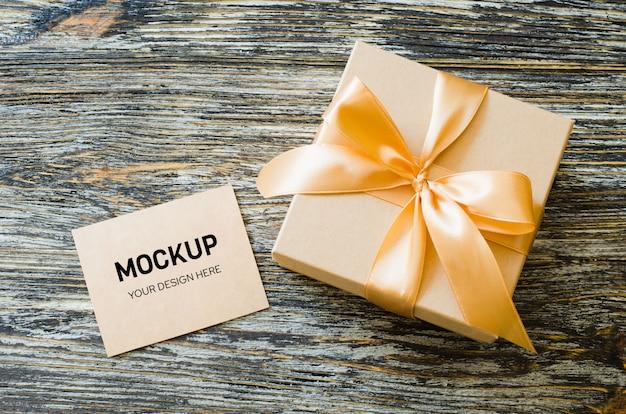 Caixa de papel artesanal de presente com fita de laço e etiqueta em branco.