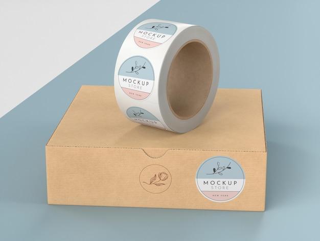 Caixa de papelão com rolo de adesivos