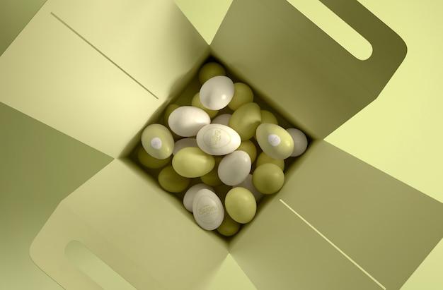 Caixa de postura plana com ovos brancos e verdes
