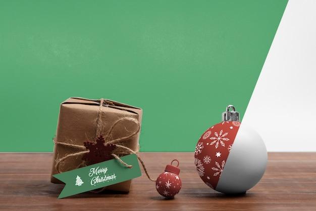 Caixa de presente de natal e globos