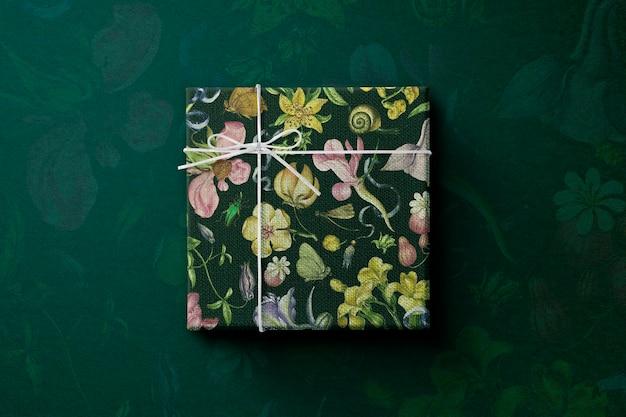 Caixa de presente floral embrulhada em estilo vintage