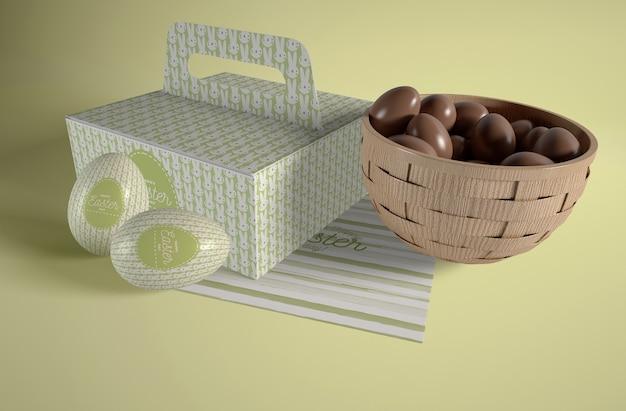 Caixa e tigela com ovos de páscoa na mesa