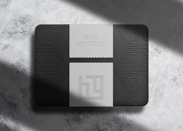 Caixa preta luxuosa em relevo com maquete de selo