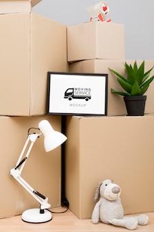 Caixas de papelão prontas para serem movidas com maquete