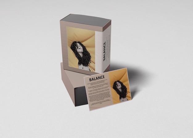 Caixas de perfume com cartão de informações ao lado