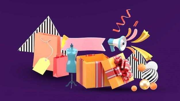 Caixas de presente e sacolas de compras são oferecidas como promoções.
