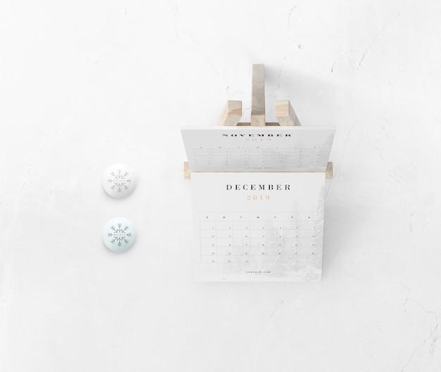 Calendário na pintura de suporte em miniatura