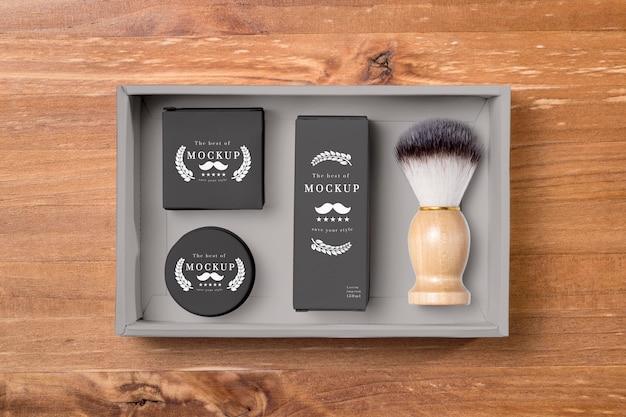 Camada plana de produtos para cuidar da barba com escova