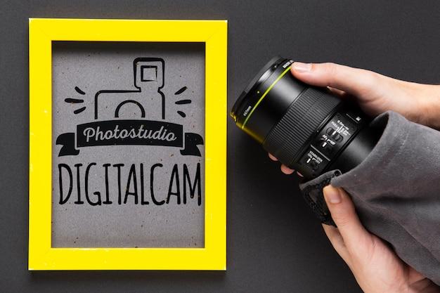 Câmera ao lado da moldura com logotipo do estúdio