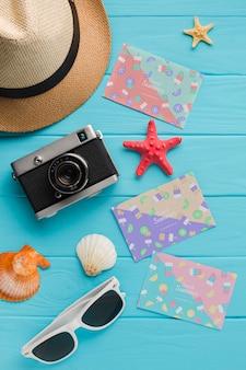 Câmera de viagem vista superior com chapéu e óculos de sol