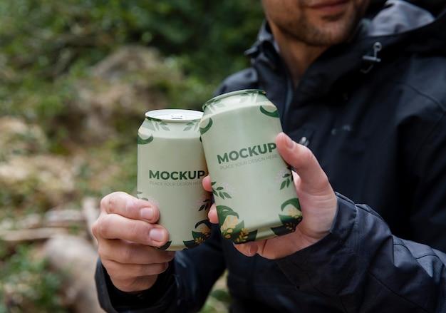 Caminhantes na floresta com maquete de lata