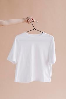 Camisa branca em maquete de cabide