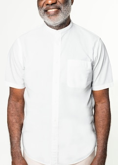 Camisa branca sem colarinho psd mockup roupas masculinas